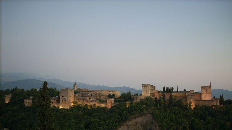 نظرة علوية لمدينة غرناطة الإسبانية، ويبدو واضحا فيها قصر الحمراء الأندلسي – موسوعة ويكيبيديا