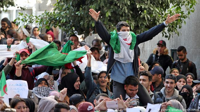 Photo of (العربية) حراك الجزائر 2019.. قُبلة الحياة للربيع العربي