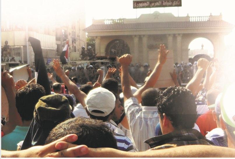"Photo of المصابون في ""الحرس الجمهوري"".. صدور عارية في مواجهة آلة القتل العسكرية"